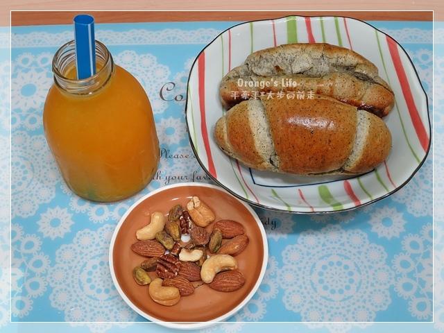 DAY03-現榨柳澄汁+堅果+芝麻小餐包.JPG