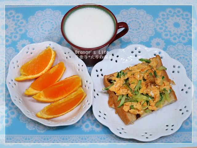 DAY08-薏仁豆漿+小黃瓜炒蛋佐吐司+柳丁切片.JPG