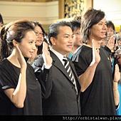 圖二奧比斯愛心大使Linda,義大皇冠假日飯店總經理蔡成福以及奧比斯愛心大使楊培安進行黑暗體驗宣示,呼籲民眾關懷弱勢視障人士.JPG