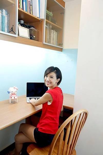 書桌牆面上特別增加具磁性的烤漆塗鴉牆