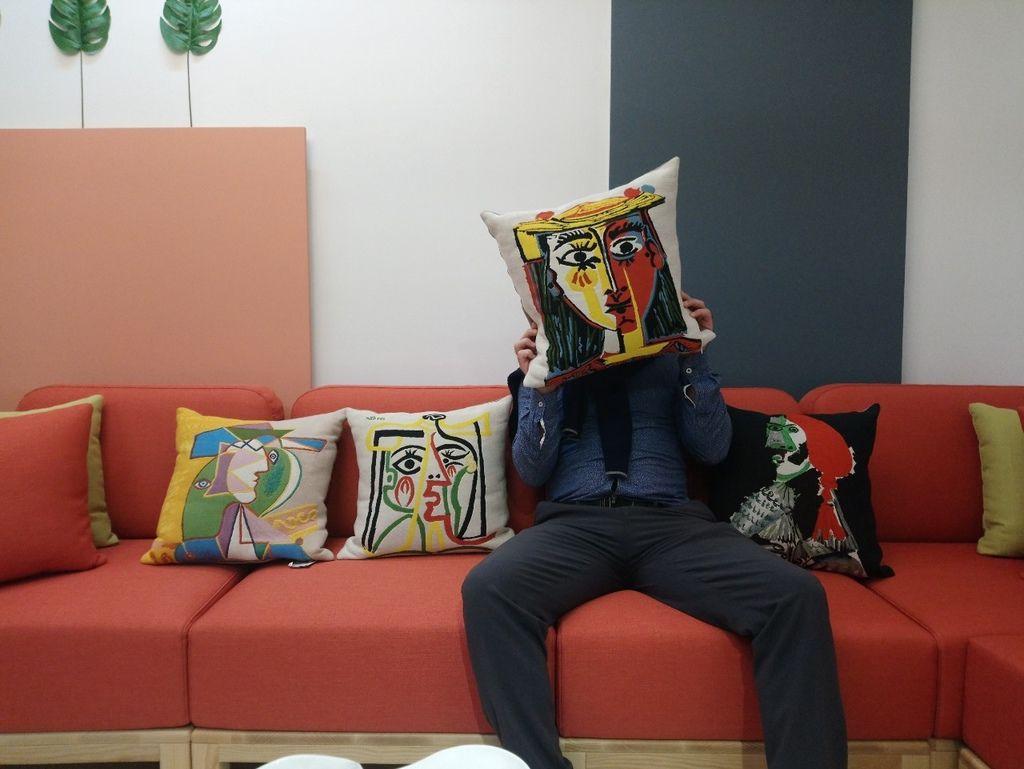 畢卡索抱枕與實木沙發完美搭配北歐風格客廳規劃