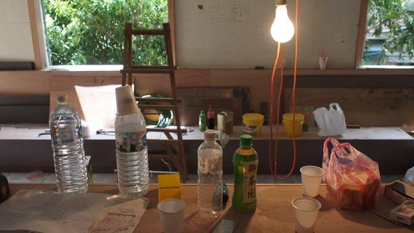 吧台擺滿了飲料