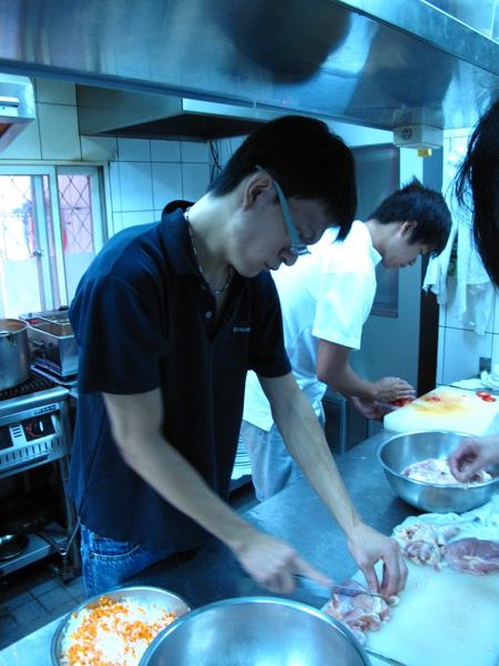 教學徒們處理雞肉。