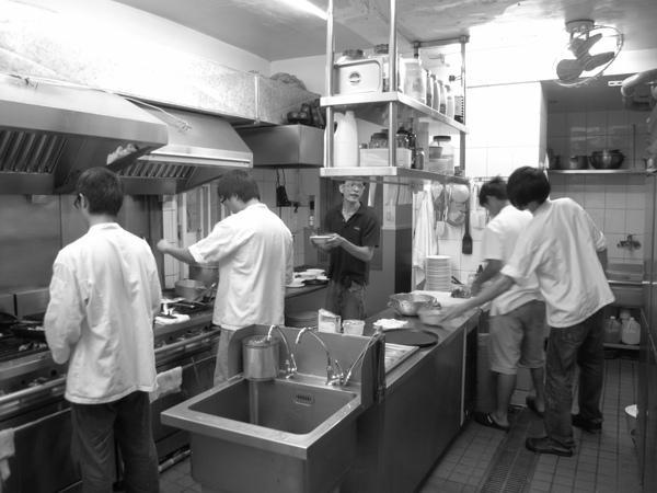 別人在吃飯,我們在工作。