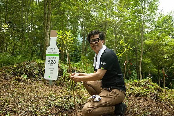 董事長葛望平親自彎腰捲袖進行樹木補植修枝,歐萊德至今已種植2,660棵樹,為地球減少159,984KG碳排放量,為綠色零碳企業最佳典範。.jpg