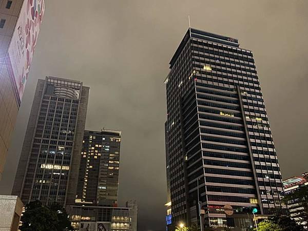 圖4-信義商圈百貨、飯店以及企業大樓皆共同參與響應,準時關閉外墻非必要光源.jpg