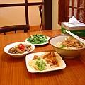 羅東菜根香的麵與小菜