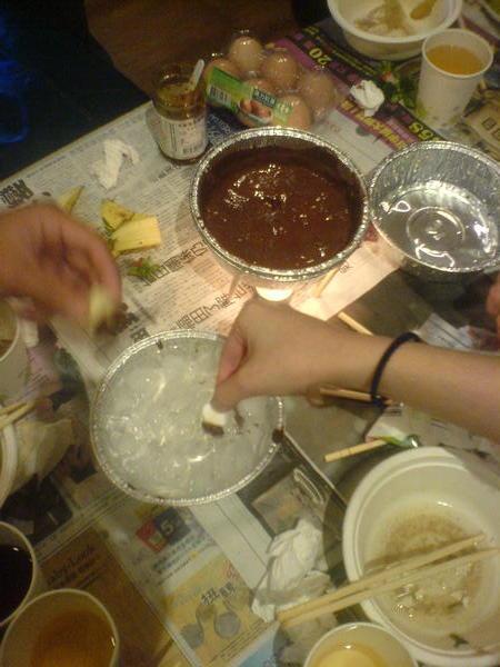 沾完巧克力放入冰水