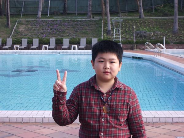 這是在游泳池旁拍的