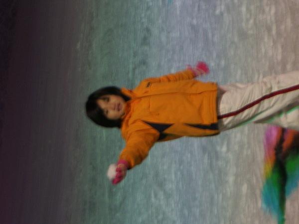 我妹在玩雪