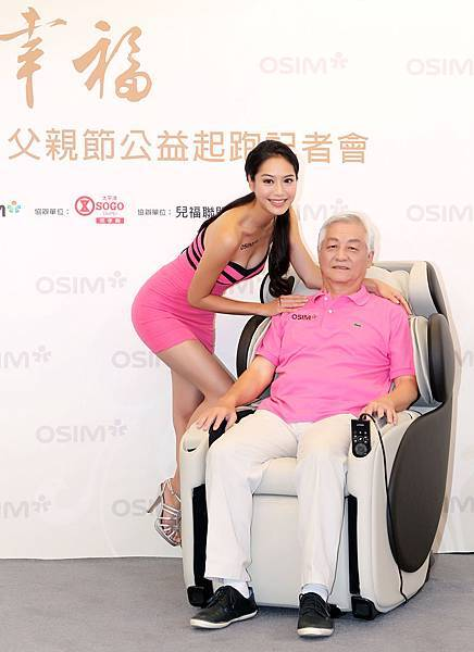 白歆惠父女檔首次公開亮相力挺公益 出席OSIM天王椅幸福父親節公益起跑記者會-01