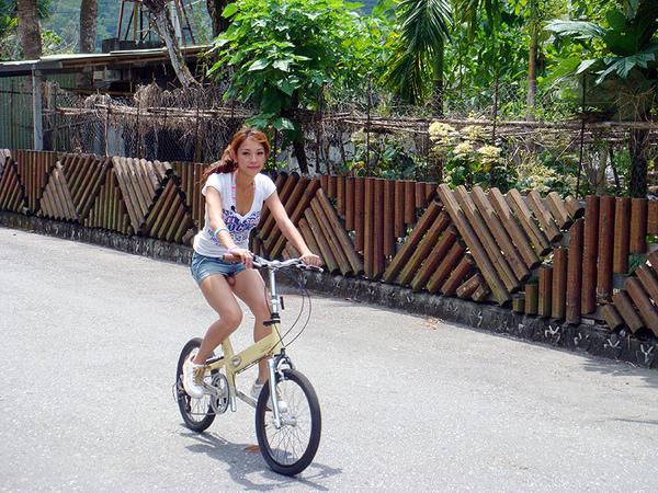 [圖片] 正妹騎腳踏車.jpg