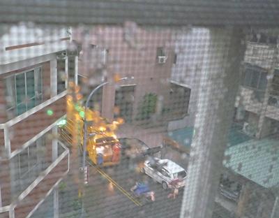 暴雨中的垃圾車