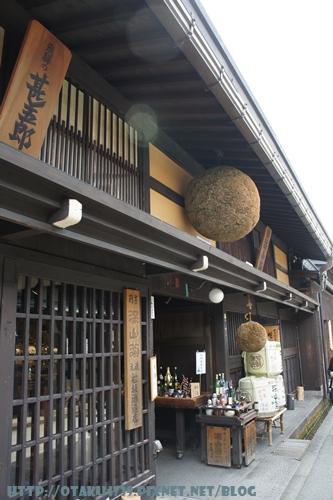 高山三之町古街-酒藏(在門口懸掛杉玉(杉木枝編成的圓球)的店家)