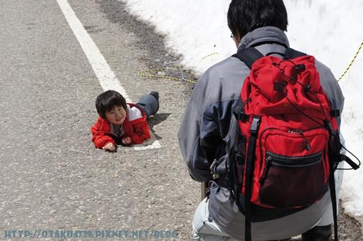 室堂站-兒子在地上趴一旁的日本爸爸還是笑的超開心