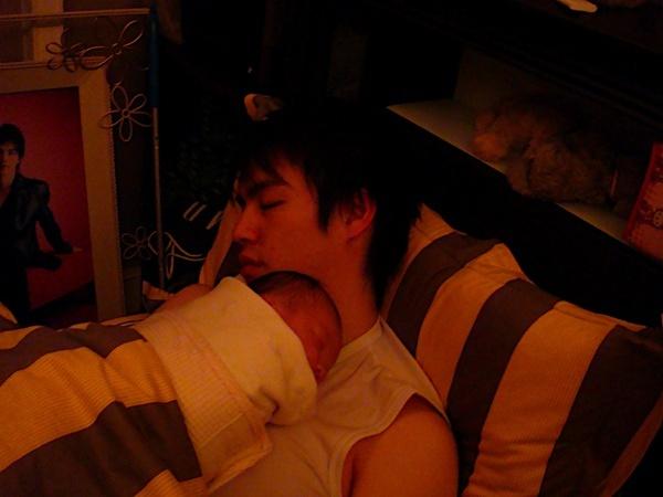 20080213~爸爸抱小脩宸睡著囉.JPG