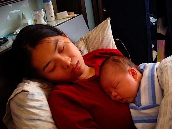 20080218~馬咪抱小脩宸睡著囉.JPG