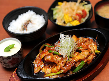 「歐卡桑日式家味料理Oukasang」定食附有白飯、前菜、湯、沙拉、茶碗蒸