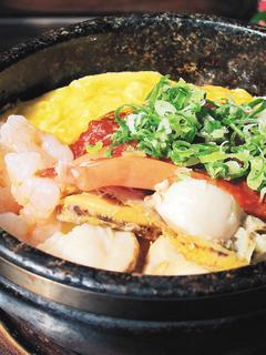 頂呱呱歐卡桑的石燒海鮮起司蛋包飯。記者陳靜宜/攝影