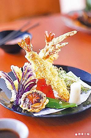 使用養殖草蝦最大等級「6L」的草蝦製作,麵衣爽口酥脆不會太厚,蝦肉飽滿紮實。與炸蝦天婦羅一起上桌的,另還有炸牛蒡、炸茄子、炸龍鬚菜等季節蔬菜。