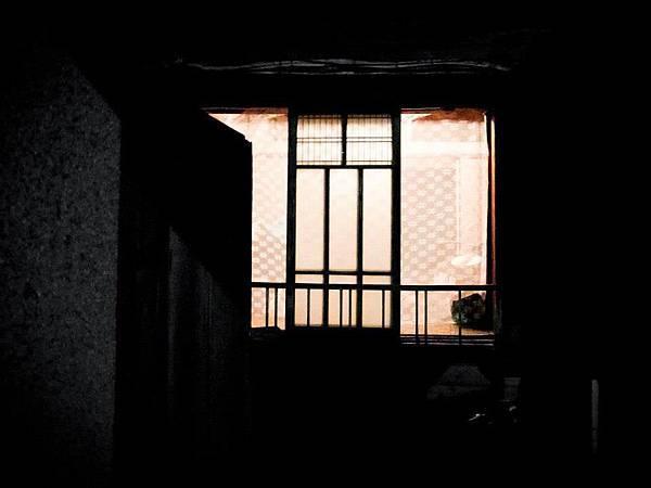 【our 背包客住宿】  簡單的和室通舖 把桌椅移開就是房間 一入門口 就是背包客們住宿的地方 木板 紙門 睡袋  老房子雖老 但應有竟有  何不來一探究竟呢?  一人400/晚  0919-289979
