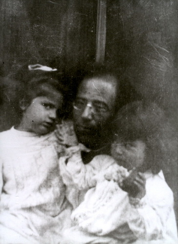 Mahler_with_daughters 2