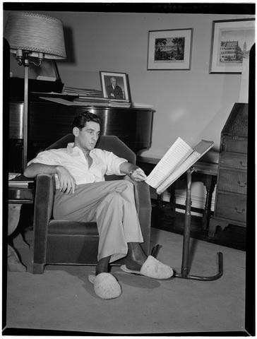 Bernstein_16_apartment_New York,_1946-1948_(William_P__Gottlieb_00721)