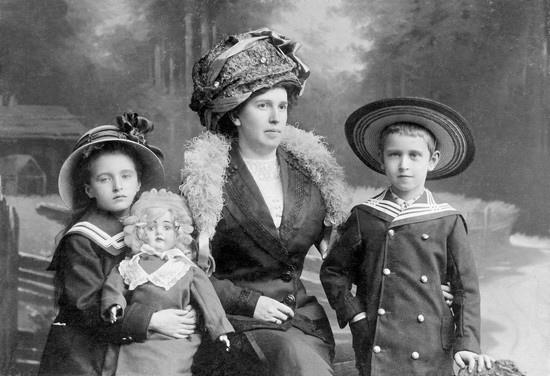 Nadezhda_Kabalevsky_Dmitry_Kabalevsky_Elena_Kabalevsky_St_Petersburg,_1911