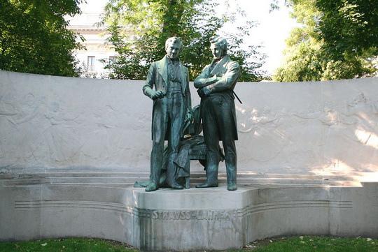 Strauss-Lanner-Denkmal im Wiener Rathauspark.jpg