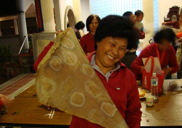 大家看看兆珍我做的染布頭巾,美啦!
