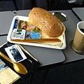 搭乘丹麥火車頭等艙,送免費早餐,服務員也常送點心來,整個大心!