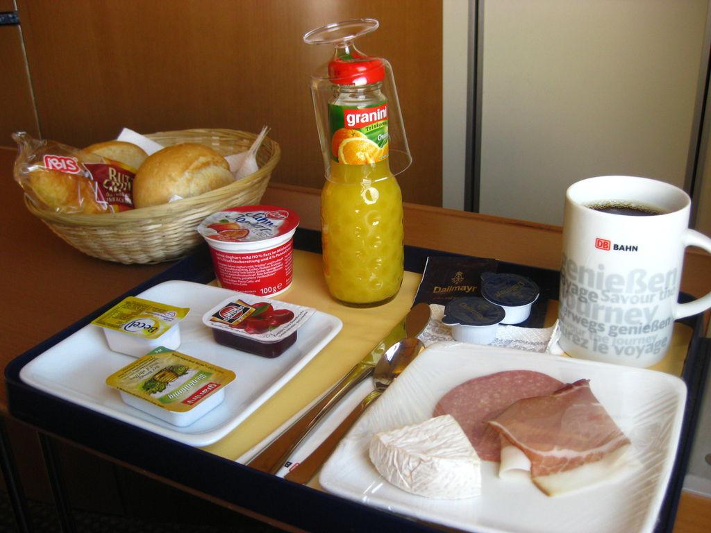 阿姆斯特丹到哥本哈根的城市夜車,隔天車上的早餐~