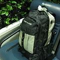 這次旅遊背的9公斤背包,陪了我四個(我一個人旅行,所以特地選看起來普通的背包,比較低調,沒有很專業,看起來也不像是要長途旅行的樣子XD,但因應多雨的歐洲氣候,我有多買一個防水套)