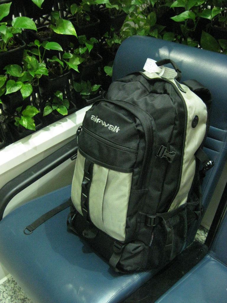 9公斤的背包,陪我旅歐四個半月(因為我想低調,所以挑了一個看起來沒有很專業的背包,讓自己看起來不像是長途旅行的樣子,但為了因應歐洲多雨的天氣,我有多買一個背包的防水套)