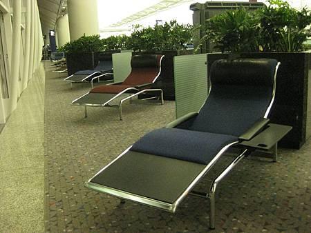 香港機場的貼心躺椅