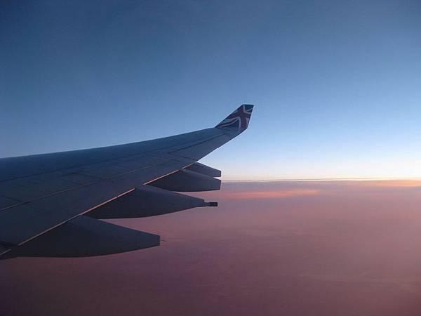 飛機上的晨昏 如靠近天堂的邊緣 寧靜平和
