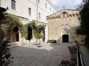 悲苦路-第2站-耶穌背上十字架-錫安修女院.JPG