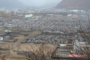 從邊境往下眺望,可看見一大片北韓民房.JPG