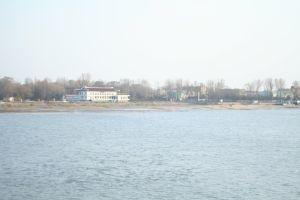 鴨綠江對面就是北韓,漂亮的大房子矗立在岸邊,只為了讓中國人看見.JPG
