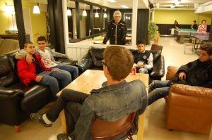 在青少年中心交談的瑞典男子和移民二代.JPG