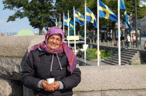 這位來自東歐的婦人,平日都在斯德哥爾摩街上行乞.JPG