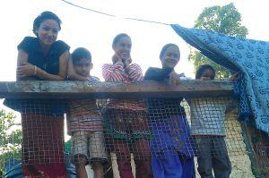 S探訪完村莊的汲水系統,孩子們跑來橋上一一揮手道別