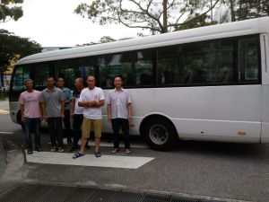 中國客工在巴士前.jpg