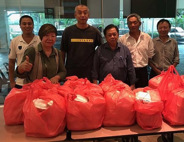 陳慶雲(第一排右一)與教會同工準備晚餐便當.jpg