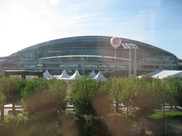 從車站天橋拍書展會場外觀