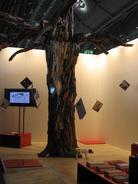 攤位之一:用書做成的樹