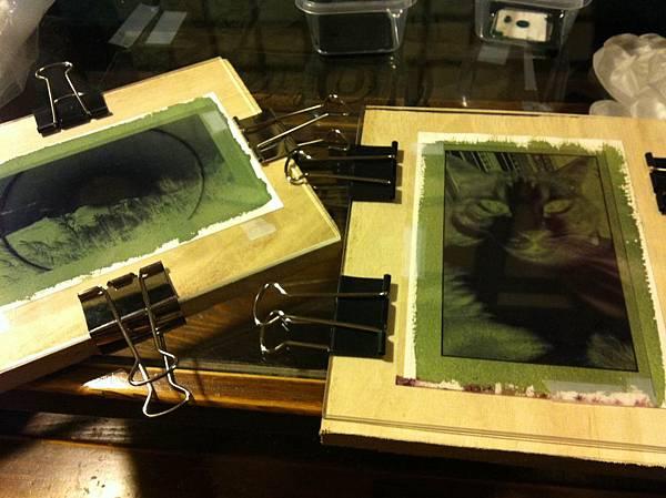 把紙跟投影片密合壓在板子上後,日曬或紫外線燈照射