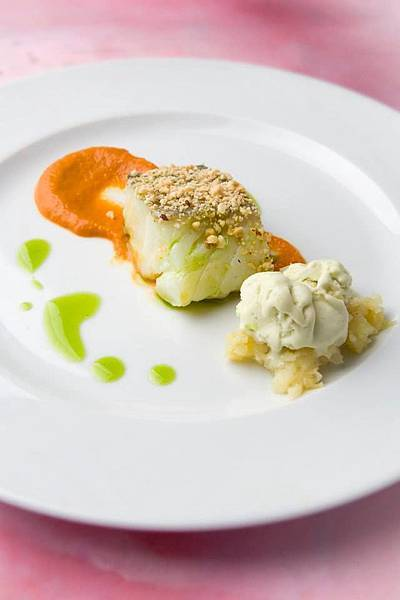 Ronda Rest(Westin)(Salt cod fillet Biscay style, with a grilled leek and Guernica pepper ice cream served on a bed of potatoes.