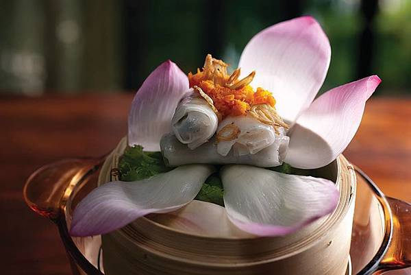 Hoi An(Steamed rice pancakes in lotus leaf.jpg