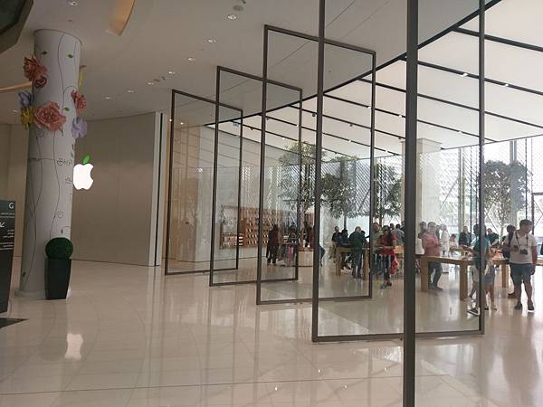 APPLE STORE(DUBAI MALL (3).jpg